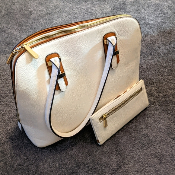 White shoulder purse with wallet